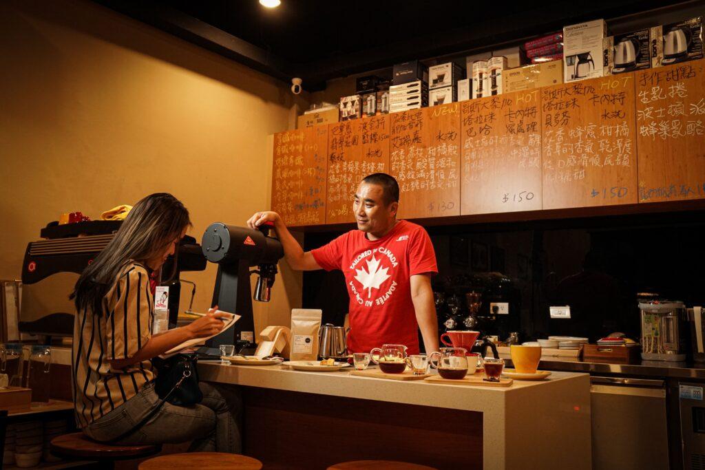 他對裝潢的唯一要求是吧檯不能比餐桌高,這樣和客人交流才不會有隔閡!